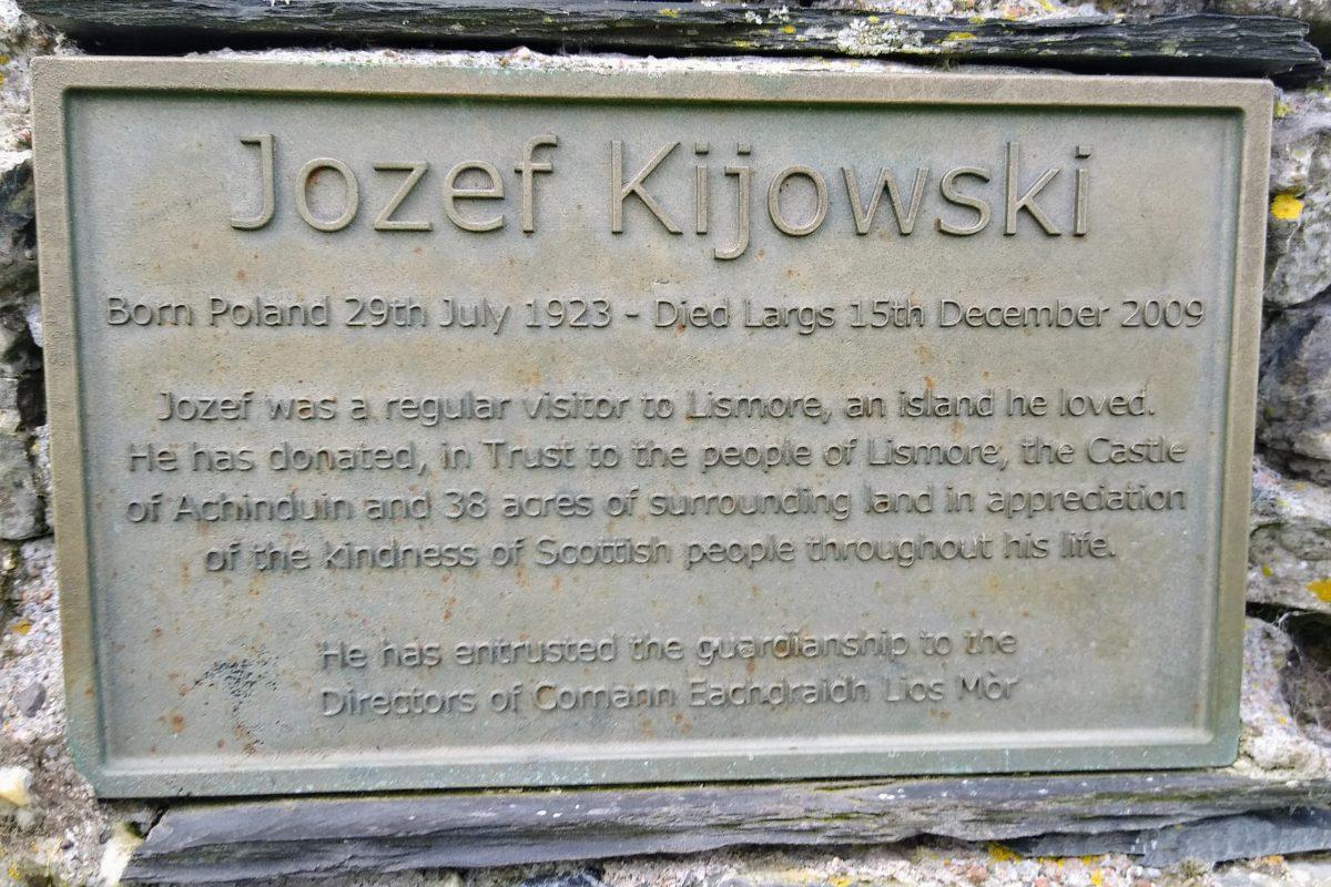 Photo from walk: Memorial cairn plaque